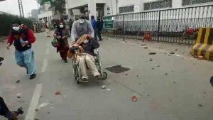 پنجاب انسٹیٹیوٹ آف کارڈیالوجی میدان جنگ بن گیا ، پولیس گاڑی بھی نذر آتش